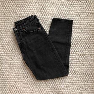 Monnki-jeans i modellen Kimomo. I storlek 27!