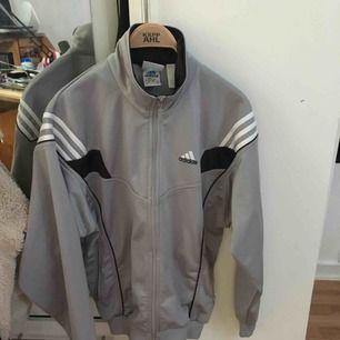 Adidas tröja, står XS i tröjan men skulle fungera upp till någon som har storlek M annars.