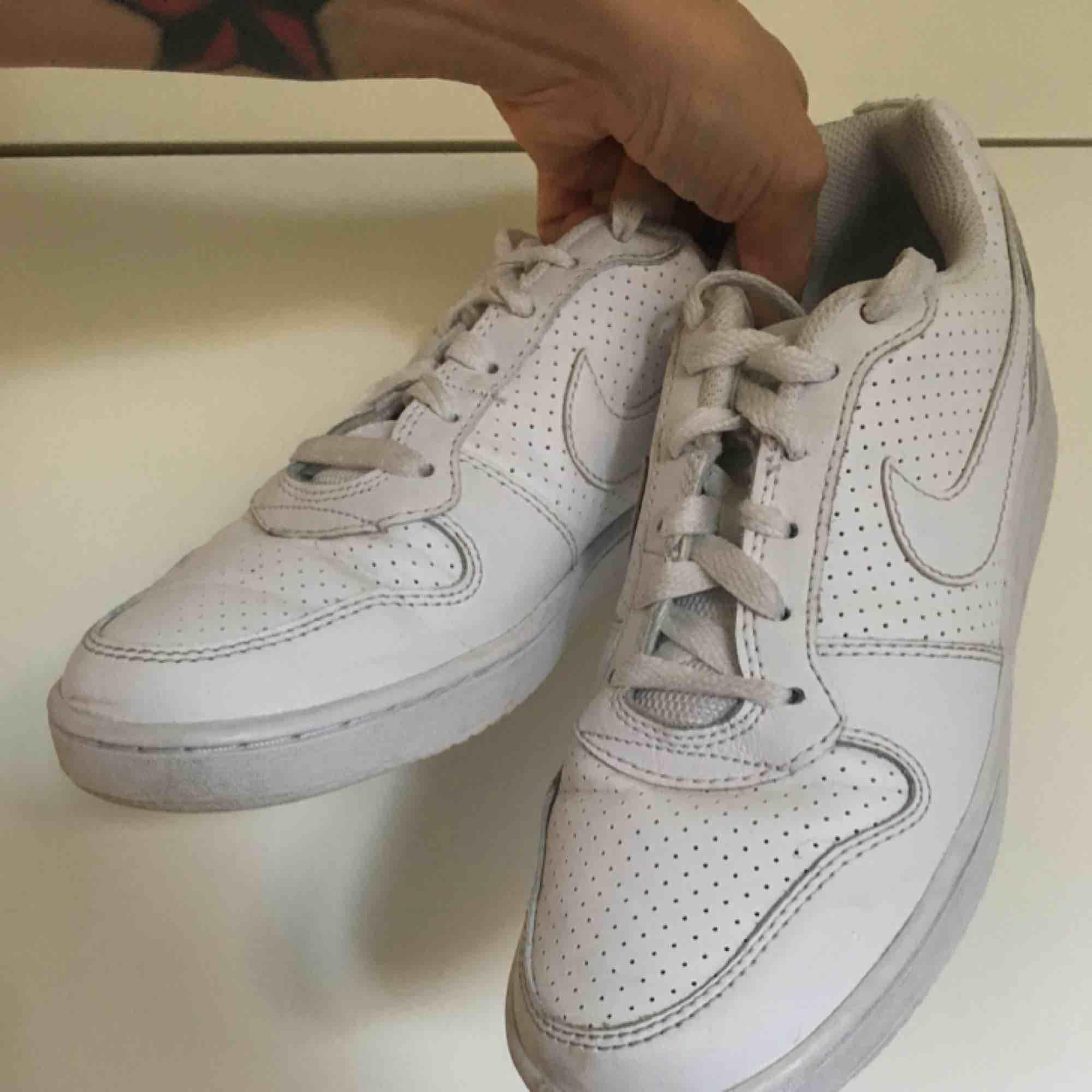Ett par snygga Nike-skor i storlek 38. Säljer dessa pga fel storlek. Skor.