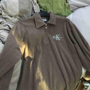 Calvin Klein Jeans vintage 1/4 zip pullover. Storlek L men fungerar även som lite oversize på någon med S/M etc.