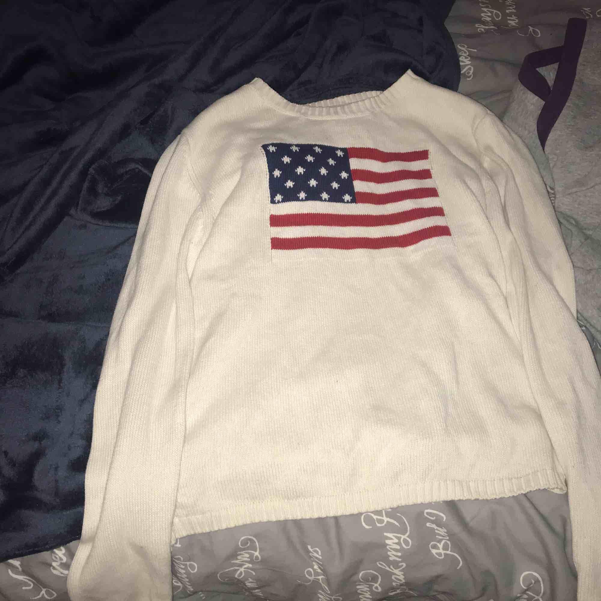Säljer en vit tröja med ganska tjockt materia men väldigt skönt , plagget är från club xprs. Övrigt.