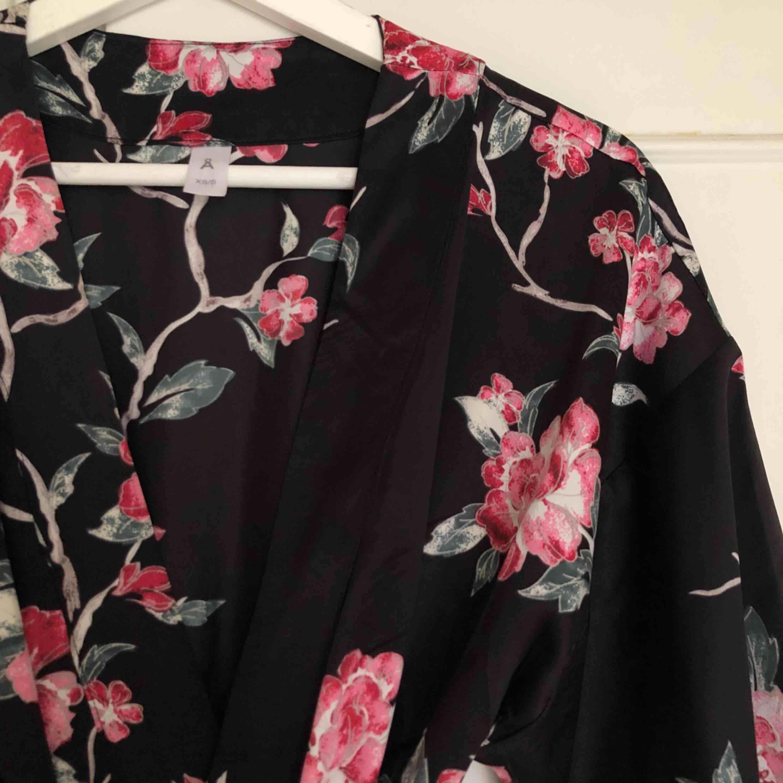 Kimono/morgonrock från Åhléns använd vid ett tillfälle (maskerad). Nypris 399 kr.. Övrigt.