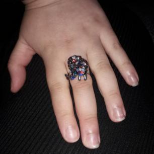 Så snygg o söt  ring med en glittrig ekore på, köpte den för 150 kr men säljer den för 90kr. Man kan minska.  Frakten ingår i priset.👍👍