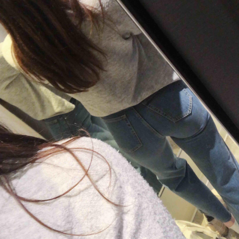 """Jeans med hög midja, knappknäppning i gylfen och rå kant. Använda ett par gånger, därefter tvättade en gång. Vida och ankellånga ben, modellen heter """"Wide Lime"""" från Bikbok, ord. pris 599 kr. (63 kr frakt, med Postnord, tillkommer!). Jeans & Byxor."""