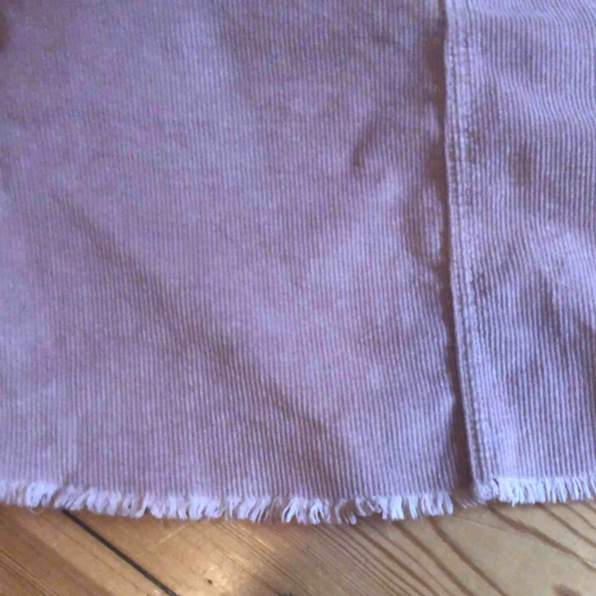 Kort ljusrosa manchesterkjol  (färgen är mest som första bilderna) från brandy Melville, köpt för 300kr💓. Kjolar.