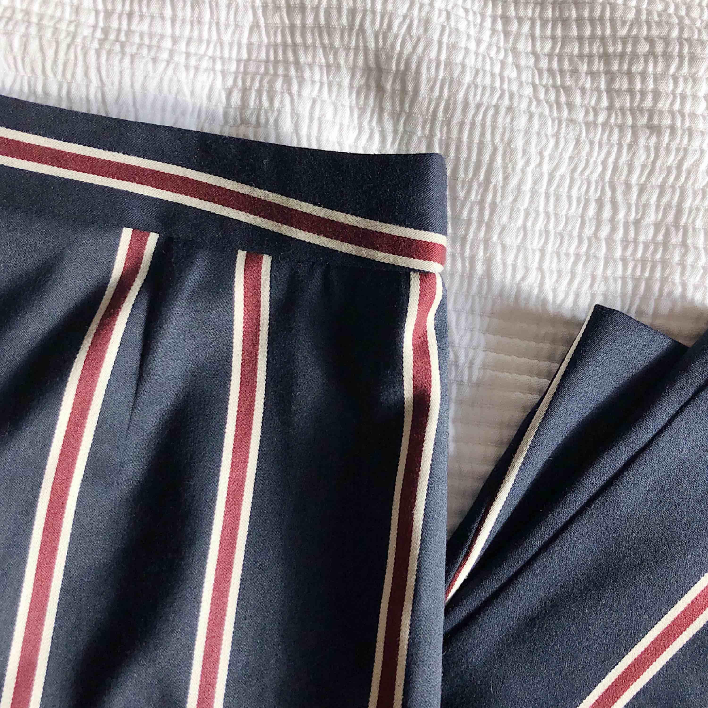 Randiga kostymbyxor med hög midja och glansigt material. Rejäla med innerfoder. Nypris 550 kr, från ASOS.. Jeans & Byxor.