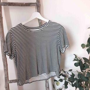 Tunn skön crop t-shirt från monki! Fint skick🌞 Svartvit⚪️⚫️ Frakt ingår i priset 🥳