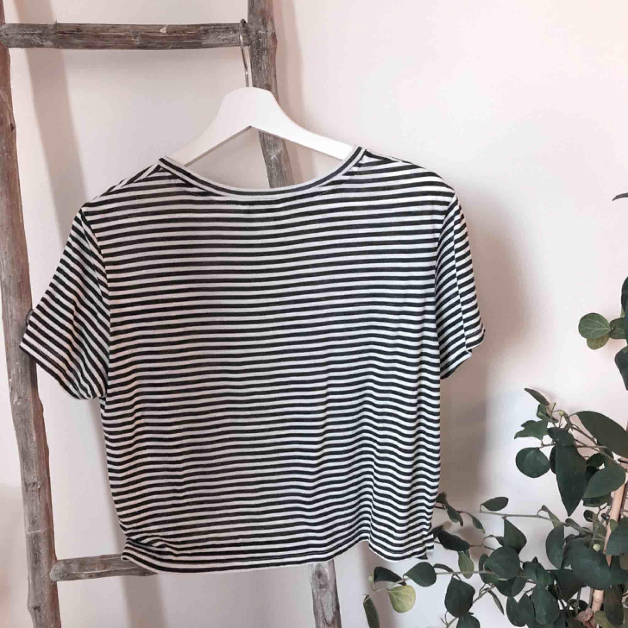 Tunn skön crop t-shirt från monki! Fint skick🌞 Svartvit⚪️⚫️ Frakt ingår i priset 🥳. Toppar.