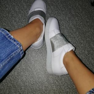 Säljer ett par vita skor med silverdetalj. Mycket bekväma, enkla och ta på och av. Originalpriset ligger på 1100 kr men säljer de för 300 + frakt på 72 kr . Säljer då de inte riktigt passade mig personligen. 💟