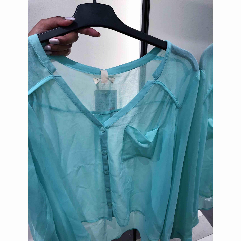Fin transparent turkos blus från en butik i London. Strl S, 100 kr. Blusar.