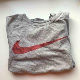 Grå Nike T-shirt med röd logga🔥⭐️Fler bilder finns så det är bara att skriva😇Möts upp i Stockholm eller fraktar, {inte inkluderat i priset}