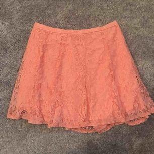 Korall rosa spetts kjol från Hollister. Använd fåtal gånger. Frakten är inkluderad i priset!!