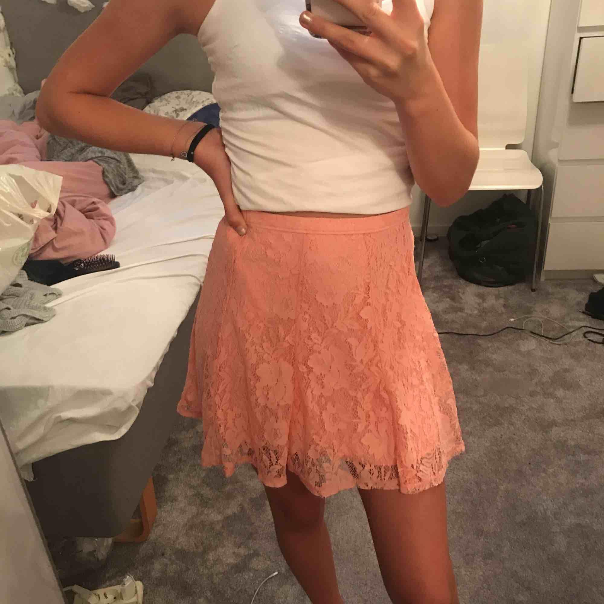 Korall rosa spetts kjol från Hollister. Använd fåtal gånger. Frakten är inkluderad i priset!!. Kjolar.