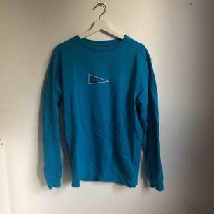 Oanvänd sweatshirt från carlings i en jättefin blå färg passar jätte bra med Flair jeans, passar både tjejer och killar. En oversized S/M. Jätteskön inuti och jättemysig till hösten