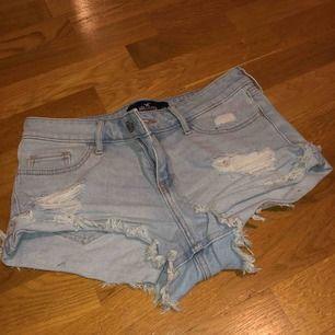 Ljusblå jeansshorts med slitningar, sitter superfint & ät väldigt bekväma. Bra skick, använd ett fåtal gånger.  Betalning sker via swish.