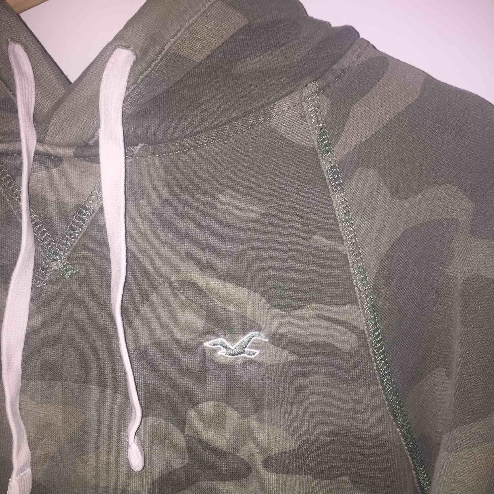 En jätte fin Hollister hoodie som tyvärr blivit för liten för mig, säljer därför den, inga hål eller skador. kan frakta :) ❤️ . Huvtröjor & Träningströjor.