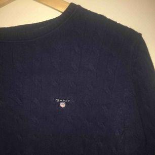 Säljer nu min kabelstickade Gant tröja, den är använd ett fåtal gånger men det finns inga hål eller andra fel. sitter lite litet på mig(som har M) så den passar till S/M 💜 kan frakta :)