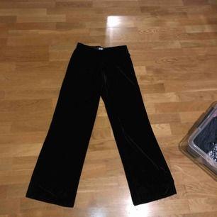 Svarta mjukisbyxor med vida ben, använd 1 gång, mjukt velour-material.  Betalning sker vis swish