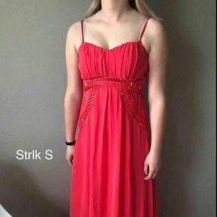 Rosa balklänning med fina detaljer, använd 1 gång, dvs bra skick. Den går ner till fötterna på mig & jag är 167cm lång.  Betalning sker via swish.