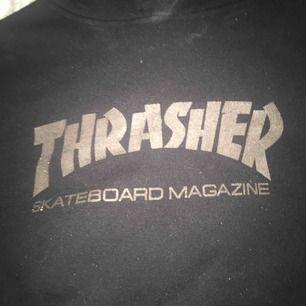 Väldigt fin thrasher hoodie, Jätte skön och jätte fin, använts ett fåtal gånger, Inga hål eller andra skador. Kan frakta💜