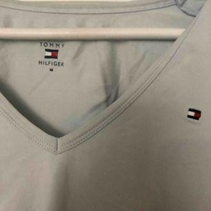 Säljer en jätte fin ljusblå V-ringad t-shirt från Tommy Hilfiger då jag använder den sällan. Färgen framhävs inte så bra på bilden men den är väldigt ljus blå. Frakt betalar köparen och frakten ligger på 42kr