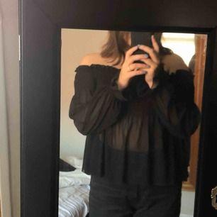 Säljer en jätte fin off shoulder blus från Gina då jag inte använder den. Blusen är i gott skick. Köparen står för frakt som kostar 42kr