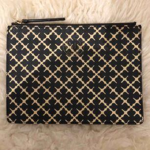 Jättefin kuvertväska från Malene Birger💕 16cm på höjden och 21 cm på längden, i bra skick bortsätt från märket som är lite skavt, frakt tillkommer om annat inte bestämts mellan oss💕
