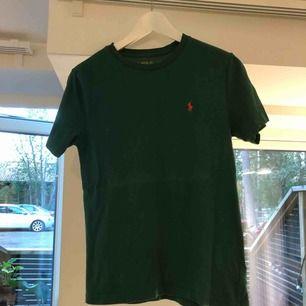 T-shirt från Ralph Lauren i grön färg. Fint skick!