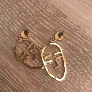 Ett par superfina guldiga ansiktsörhängen från Ur&Penn!  Säljer pga av att jag har ett liknande par, dessa är då aldrig använda. Frakt tillkommer :)