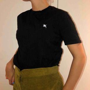 Äkta Axel Arigato t-shirt! 🖤 Använd fåtal gånger så i väldigt fint skick.  Kom gärna med bud!