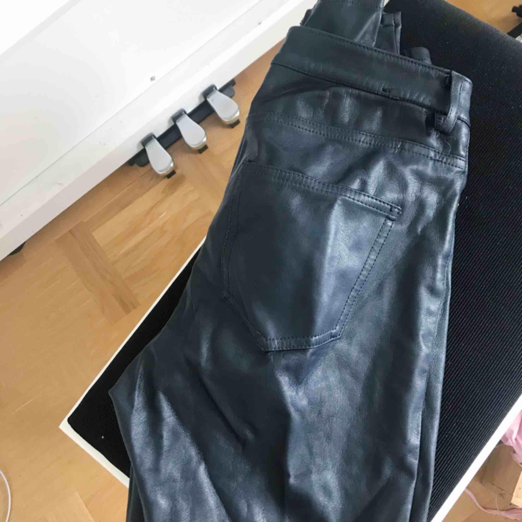 Skinnbyxor 💫 (inte äkta skinn)  Kan tyvärr inte visa hur dom ser ut på då dom är lite för små. Jeans & Byxor.
