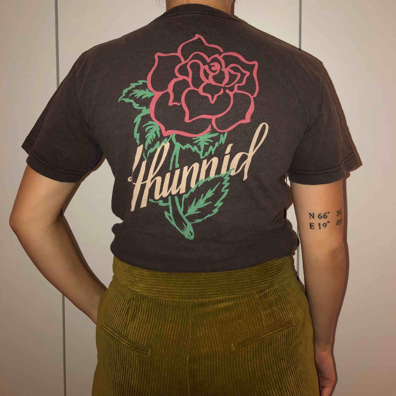 As cool T-shirt från 4hunnied, säljes pga ingen användning tyvärr 🖤. T-shirts.