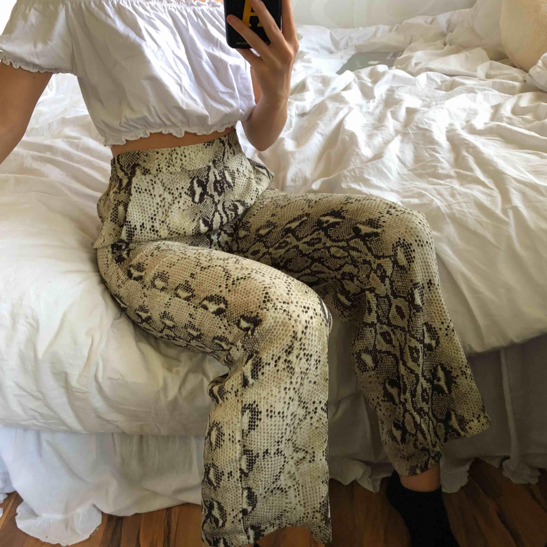 Snake byxa från vero Moda, väldigt fint skick. Frakt inräknat i priset. Resår i midjan💖. Jeans & Byxor.