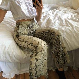 Snake byxa från vero Moda, väldigt fint skick. Frakt inräknat i priset. Resår i midjan💖