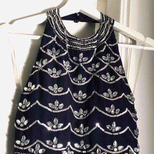 Balklänning från Nelly.com, använd 1 gång, på sista bilden kan man se att några diamanter har släppt, men det är inte så att de håller på att lossna (det syns ej på långt håll)