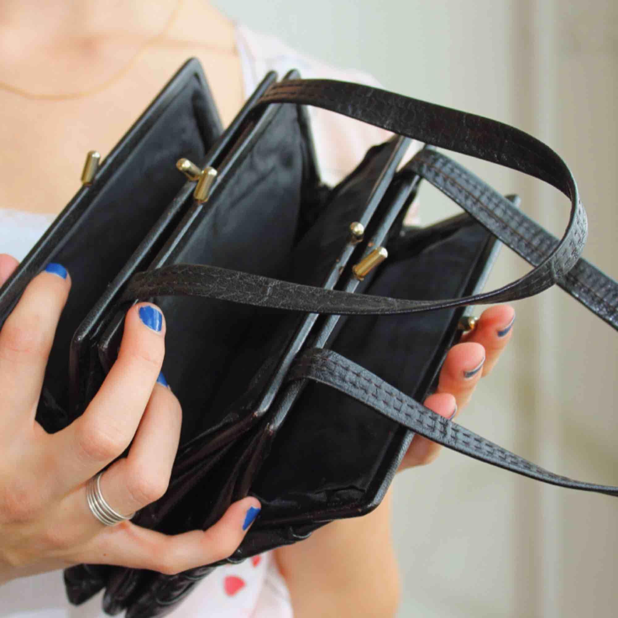 Vintage liten läderväska söker nytt hem! 15 cm lång 12 cm djup 5 cm bred. Frakt på 36 kr tillkommer ifall du inte kan mötas upp i Stockholm/Norrort. Betalning via Swish! Skriv med eventuella frågor🐜🐜. Accessoarer.