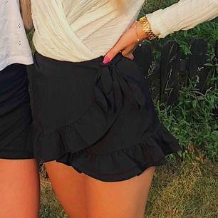 Fina shorts som ser ut som en kjol från BikBok  i storlek XS med volanger. Försluts med dragkedja på sidan. Sparsamt använda och i väldigt gott skick