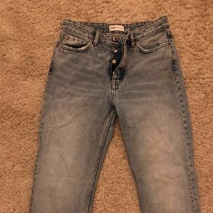 Raka mom Jeans ifrån Zara, använda fåtal gånger,väldigt fint skick!!  Köparen står för frakten 🦋