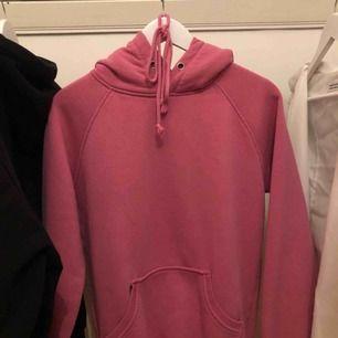 Rosa hoodie ifrån bikbok, den är lite större i storleken passar S också. Använd men i väldigt fint skick!!  Köparen står för frakt 🦋