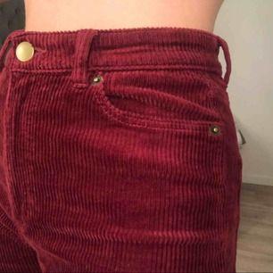 Säljer mina röda Manchester byxor från monki då dom inte kommer till användning, använt ca 2 gånger. Nypris: 400kr Köparen står för frakten! 🥰