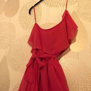Rosa typ knälång klänning från H&M Ena axeln är bar och klänningen har ett snöre i midjan  Se sista bilden för färg