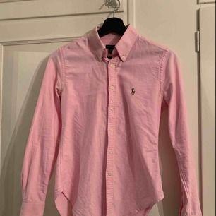 Skjorta från Ralph Lauren. Storlek s/s men skulle säga att det är en xs. Knappt använd utan mest hängt i garderoben. Nypris 1200kr