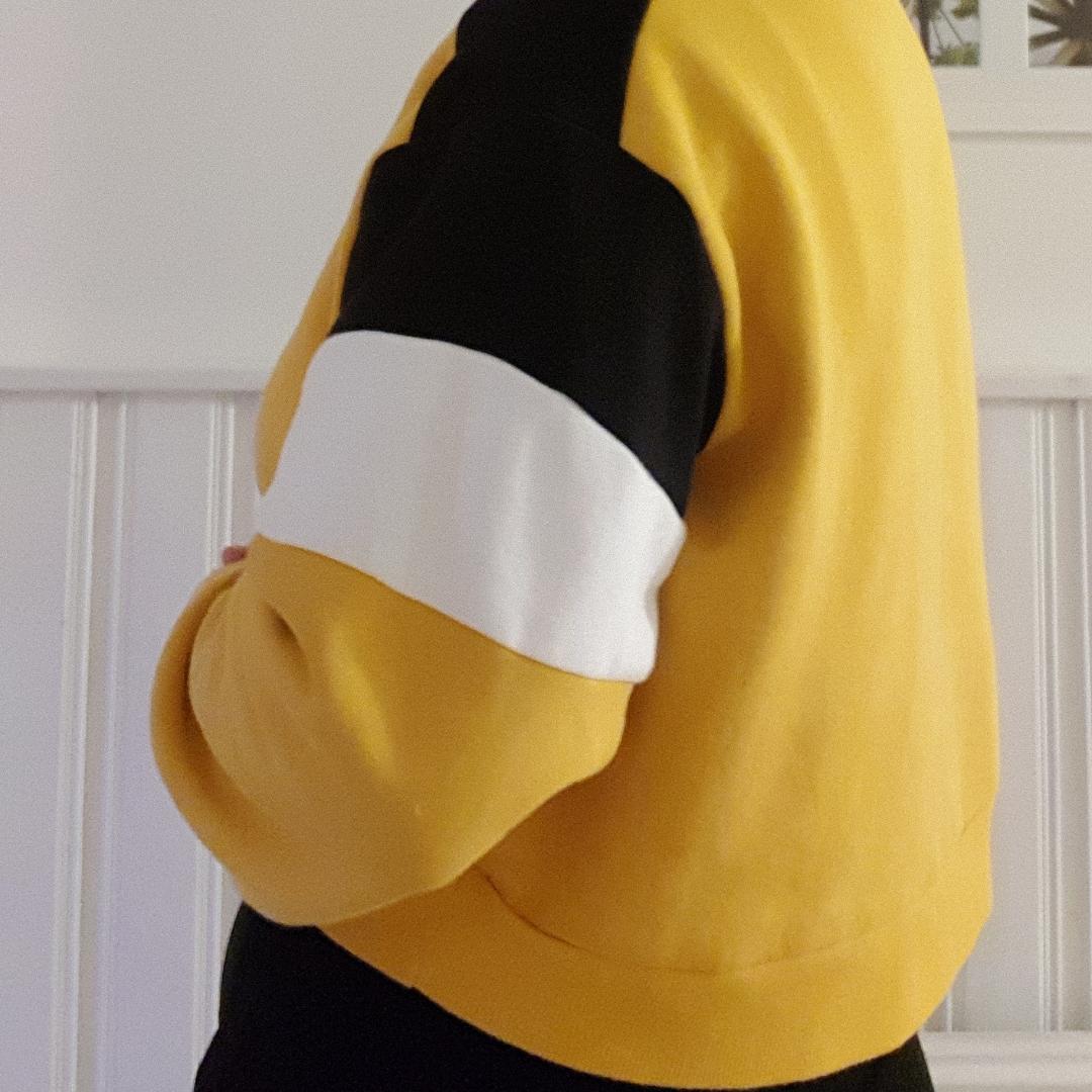 Säljer min gula tjocktröja från hm eftersom jag inte använt den på ett tag och tänker att den passar bättre här. Den är croppad och har en dragkedja som funkar helt utan problem vid halsen, tröjan är i mycket fint skick💕. Övrigt.