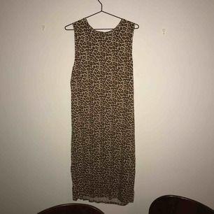 ☺️ hej och varmt välkommen jag säljer en helt Ny klänning från H&M  jag skickar allt per post dvs jag möter inte upp utan postar allt jag säljer i priset ingår frakten :) varmt välkommen åter ☺️