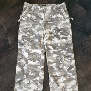 Snygga vintage cargo camouflage byxor i vitt och grått från Cubus. Stl 36. Frakt 59 kr.