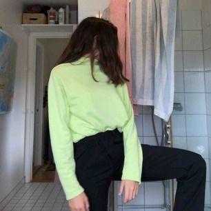 Neon gul/grön lite tjockare tröja från weekday i mycket bra skick, frakt ingår ej