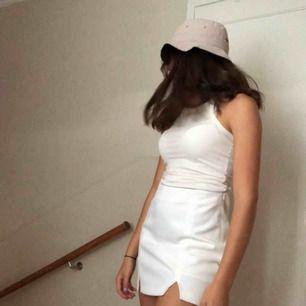 Vit kjol från i strl 36 i mycket bra skick, frakt ingår ej
