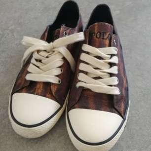 Låga skor med leopardmönster från Ralph Lauren polo i storlek 39. Använda ett fåtal gånger. Har några små svarta fläckar (syns längst fram). Skon är i tyg med sula av gummi. Frakt 63 kr.