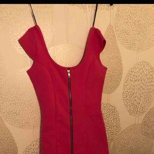 Kort rosa klänning i relativt stretchigt material
