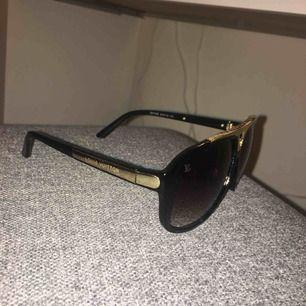 Louis Vuitton solglasögon.